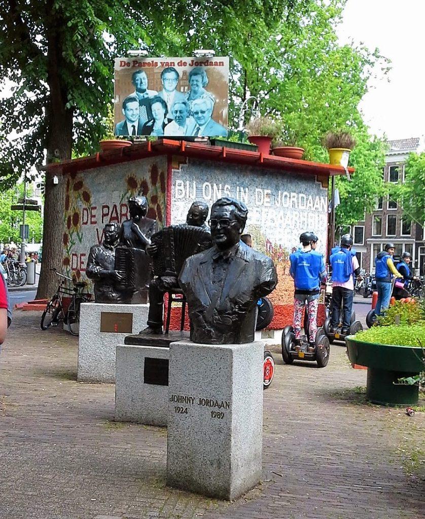 Statue of Johnny Jordaan