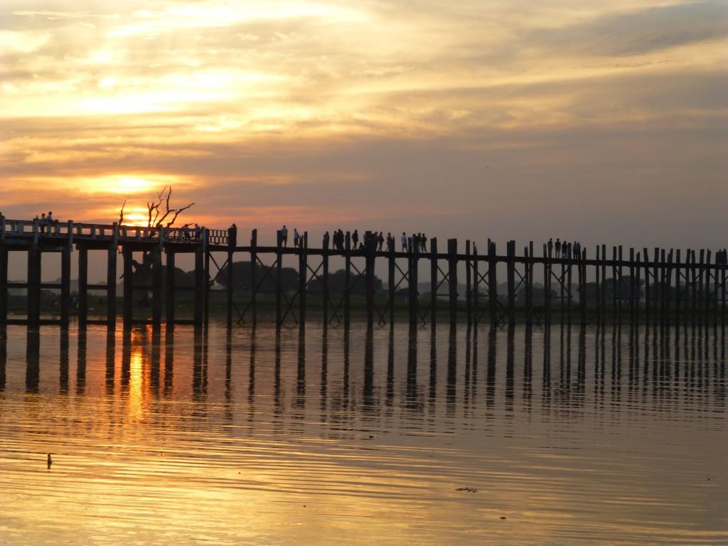 De bekende U Bein Brug bij Amapura - Myanmar