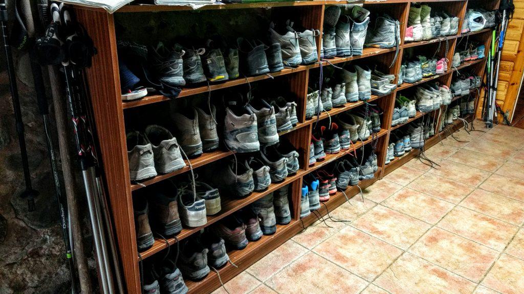 schoenen van de pelgrims in de albergue