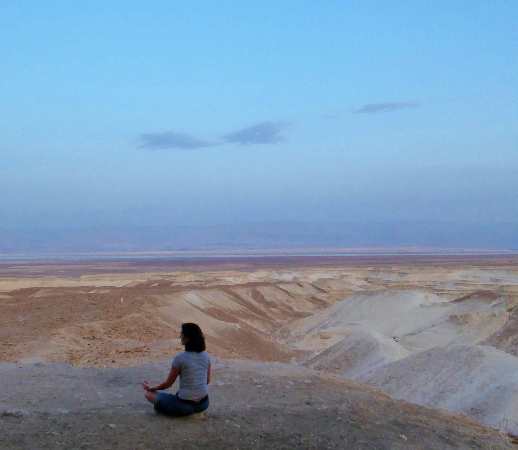 Genieten van het moment onderaan de berg Masada in Israel