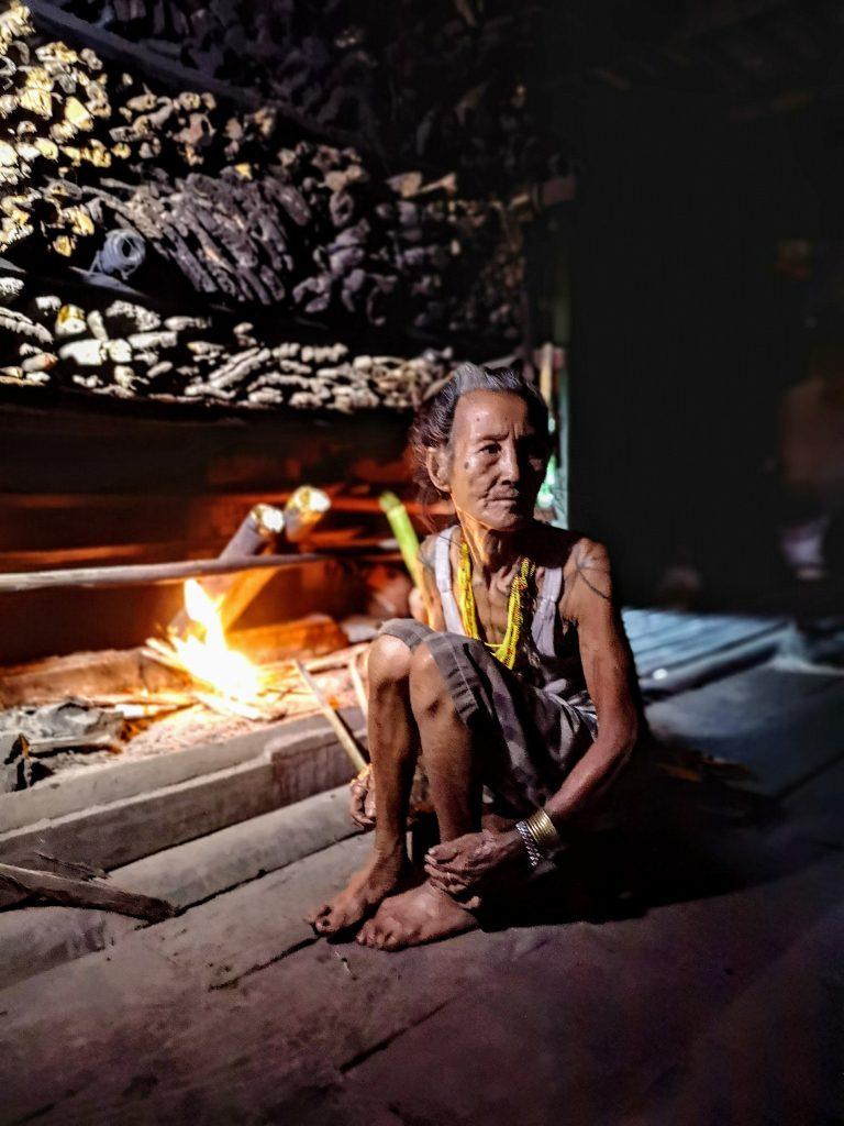 De vrouw van sjamaan Pange - Sumatra, Indonesie