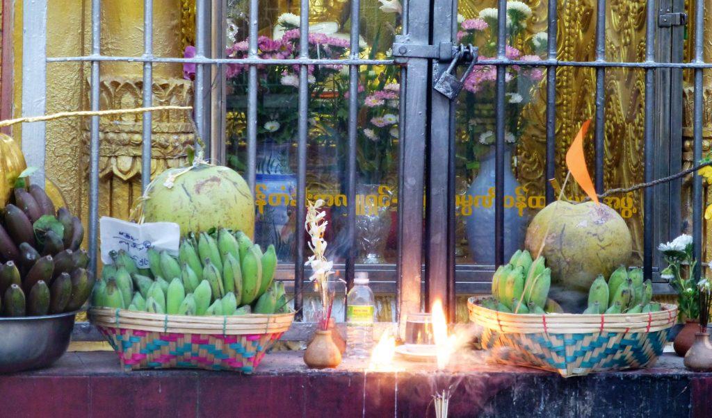 Op doorreis door Pathein - Myanmar