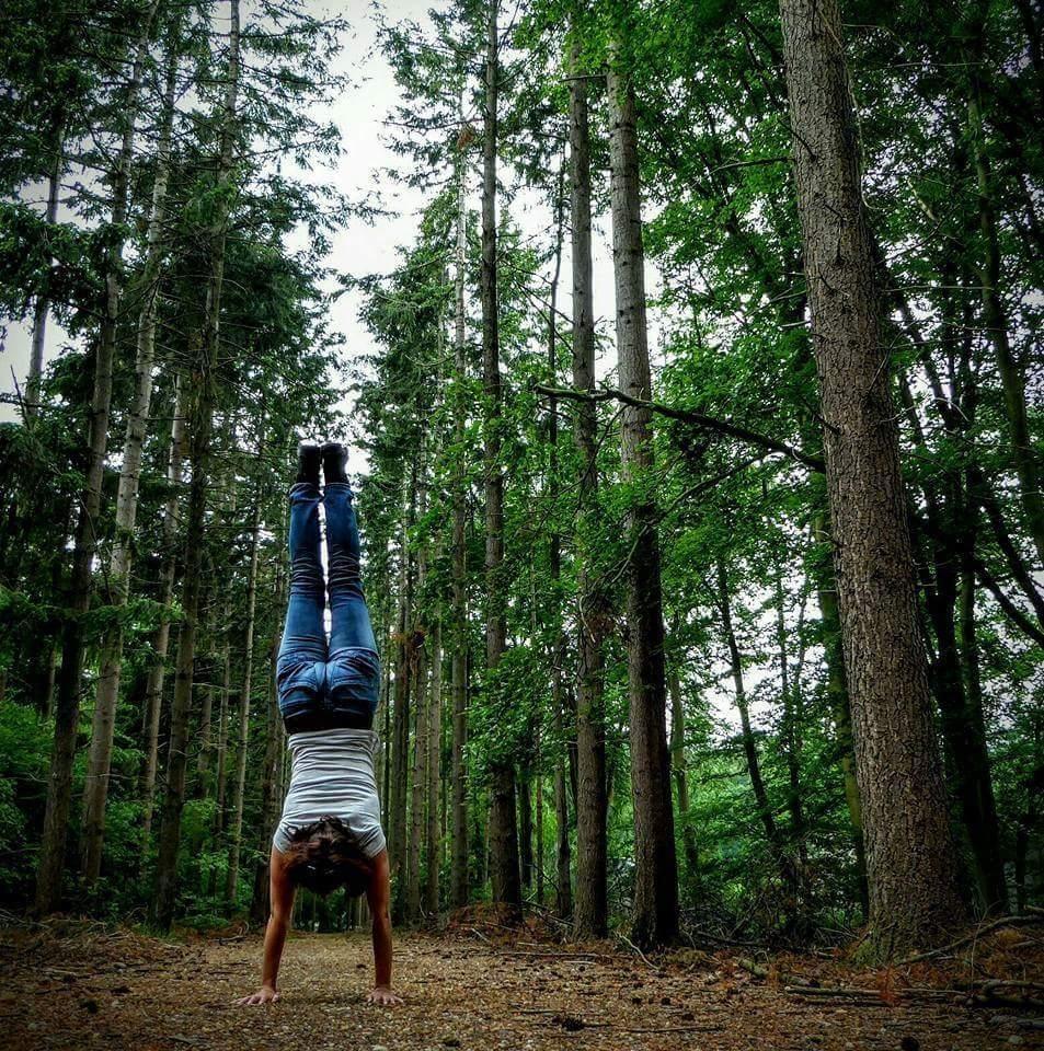 Even oefenen tijdens een wandeling - Handstand