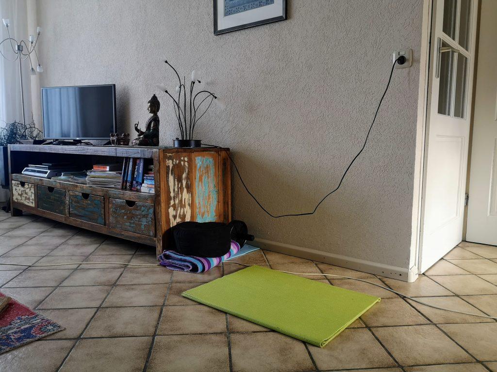 Mijn plekje in de woonkamer - Yoga - Adho Mukha Vrksasana