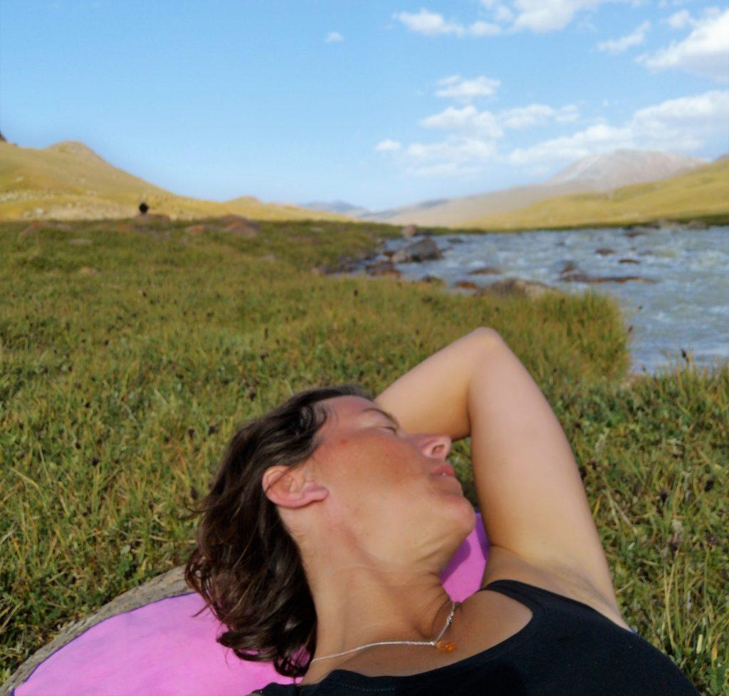 Wassen in de kolkende ijskoude rivier - kirgizie