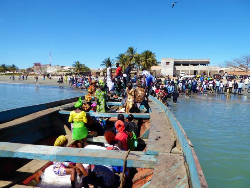 Het avontuur van met de veerboot van Banjul naar Barra