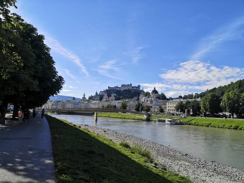 Wandelen langs de Salzach in Salzburg