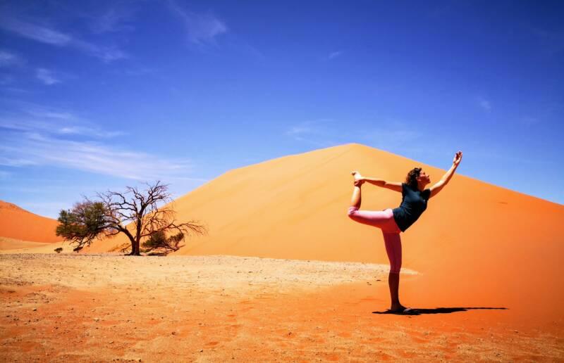 Yoga Pose bij Dune 45 - Namibië